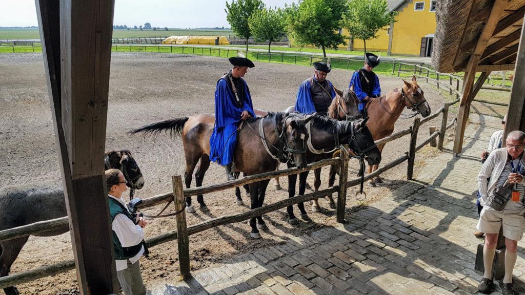 """Les gardiens de chevaux """"Csikos"""" en costume traditionnel"""
