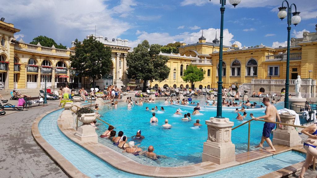Les bains Széchenyi à Budapest en Hongrie