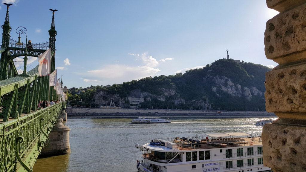 La statue de la liberté hongroise vue du pont de la Liberté