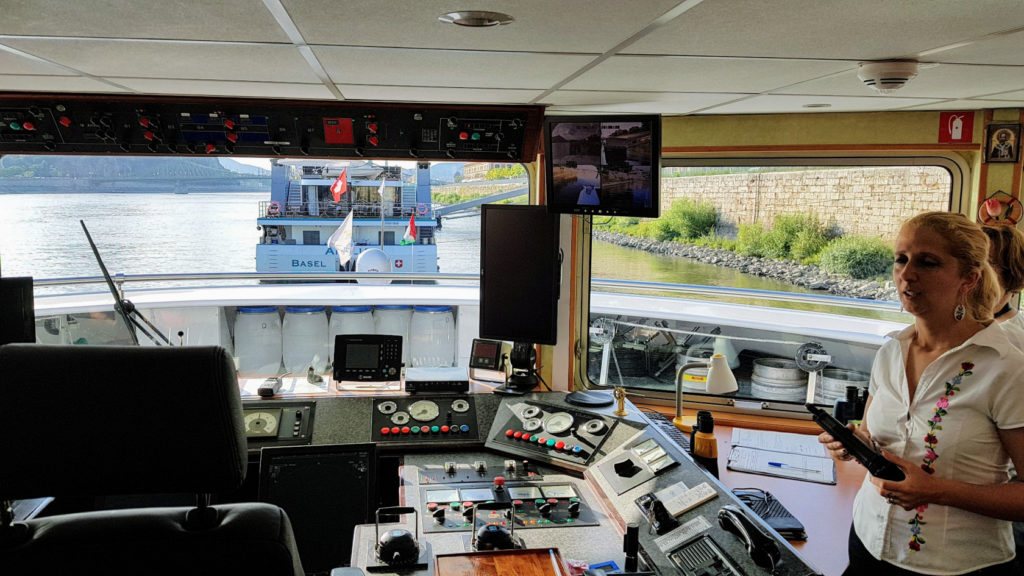Visite du poste de pilotage par notre commissaire de bord Sonia