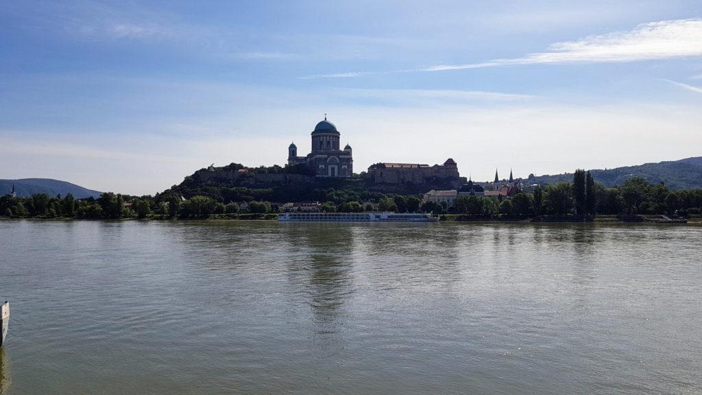 Vue de la Basilique d'Esztergom à partir de Sturovo en Slovaquie