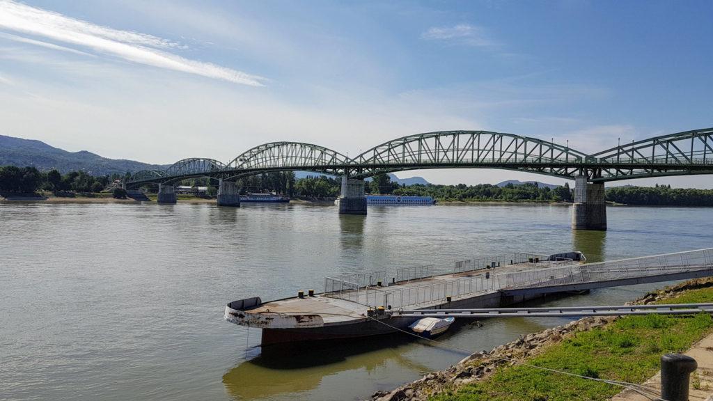 Le pont qui sépare Esztergom en Hongrie à Sturovo en Slovaquie